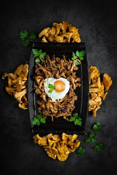 Sautéed Chanterelles served with fried egg on a black cast iron plate Countryside Restaurant, Tasty Dishes, Side Dishes, Recipe Without Onion, Bibimbap Recipe, How To Make Omelette, Best Food Photography, Mother Recipe, Stuffed Mushrooms
