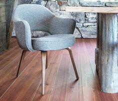 Cadeira Saarinen Executive, 1950.  Desenhada em 1950 por Eero Saarinen após ter tido grandes experiências com Charles Eames onde criaram uma gama de cadeiras de madeira compensada, que inspirou Saarinen para o desenvolvimento dela.   Conheça mais no link abaixo: ➡http://bit.ly/CadeiraExecutiveSaarinen