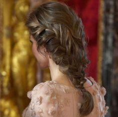 INTRIKAT: Spanske dronning Letizia er kjent for sin stilsans, og matcher gjerne en superglamorøs kjole med en bohemsk flette. Foto: Getty Images