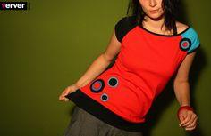 Tričko červené s kolečky 1. Toto tričko je ušito z červeného, černého (obojí bavlna/elastan) a tyrkysového úpletu (bavlna). Aplikace jsou z různobarevných koleček, lemy z černé pružné lemovky. vel.36-38 rozměry trička v nenataženém stavu: prsa- 43,5cm, spodní lem- 43,5cm, délka- 62,5cm tričko pruží
