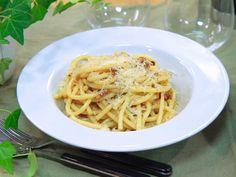Höstcarbonara med kantareller   Recept från Köket.se Parmesan, Bacon, Spaghetti, Pasta, Ethnic Recipes, Food, Noodles, Meals, Noodle