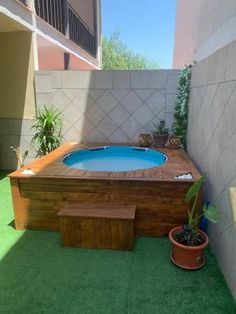 A chill out with pallets for the terrace - I Love Pallets Hot Tub Deck, Hot Tub Backyard, Backyard Pool Landscaping, Small Backyard Pools, Small Pools, Backyard Garden Design, Patio Design, Piscina Diy, Piscina Pallet