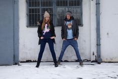 Katrin und Laurent am Posen vor den Garagen in der Muskauer Straße in Berlin-Kreuzberg (2)
