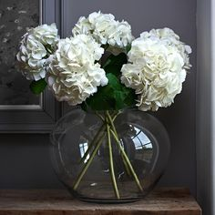 Clear vase + white flowers = simple sophistication  #flowerarranging #lifelikestems