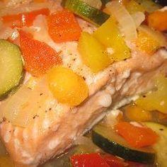 Lekker en makkelijk te maken. Zalm uit de oven met geroerbakte groenten in witte wijn. Dit gerecht is vol van smaak en ideaal voor een romantisch diner.