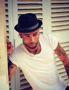 Homens negros de roupas brancas | Estilo Black - Moda para Homens Negros