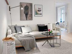 Volgens mij gaan veel mensen graag voor de hoekbank, logisch aangezien een hoekbank extra comfort biedt (benen gestrekt, relaxen maar!). Een hoekbank moet echter wel goed in de ruimte passen waar je hem plaatst. Heb je een enorm grote woonkamer, ga dan ook voor een enorm grote hoekbank. Grote ruimtes hebben grote meubelen nodig, anders kan het snel rommelig worden. In een echt kleine ruimte kun je beter gaan voor een 2-zits of een 3-zits bank.