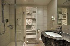 Die Bäder sind alle hell, mit Fußbodenheizung, Radio, LED, Glas und Stein Elementen ausgestattet. Bad, Modern, Bathtub, Bathroom, Environment, Natural Garden, Stone, Cottage Chic, Standing Bath