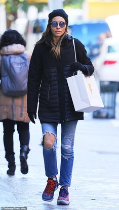 Jessica Biel rugs up in NYC visit after Justin Timberlake book release.  Moda InvernoJessica BielGorro 8446bf598c3