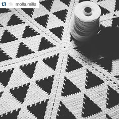 Triangoli ovunque! Triangles everywhere! #Repost @molla.mills with @repostapp. The crochet rug for @bettaknit starts looking good just a few more rounds and it's ready! by bettaknit