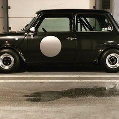 Spot on! Mini Cooper Classic, Classic Mini, Classic Cars, Mini Morris, Mini Monster, Old School Cars, Modified Cars, Bike Design, Hot Wheels