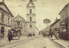 "🇨🇴 FOTOS CLÁSICAS COLOMBIA 🇨🇴 on Instagram: ""Calle Real (actual carrera 7a) con Avenida Jiménez #Bogotá año 1906"" San Francisco Ferry, Notre Dame, City, Building, Instagram, Travel, Men's Fashion, Ideas, Granite"
