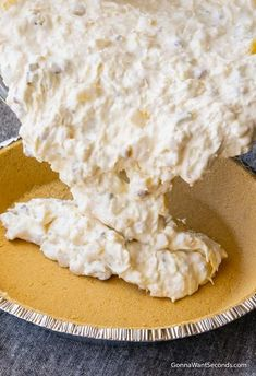 Million Dollar Pie Process Shot This creamy, no bake, Million Dollar Pie is the easiest pie ever to make. Its luscious tropical filling is utterly delicious. An ideal dessert for summer! No Bake Desserts, Easy Desserts, Delicious Desserts, Yummy Food, Cold Desserts, Mousse Au Chocolat Torte, Simply Yummy, Pie Dessert, Food Cakes