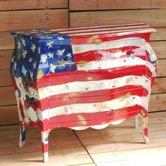 Cassettiera a tre cassettiin legnostile country, decorata con bandiera degli Stati Uniti. Finito a mano e prodotto in Italia da Castagnetti 1928.