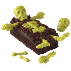 Looking for easy Halloween dessert ideas for this fall? Find great recipes for the spookiest Halloween cakes, cupcakes, and cookies at Wilton. Postres Halloween, Recetas Halloween, Chocolat Halloween, Halloween Chocolate, Wilton Candy Melts, Wilton Cake Decorating, Cake Decorating Supplies, Cupcake Supplies, Art Supplies