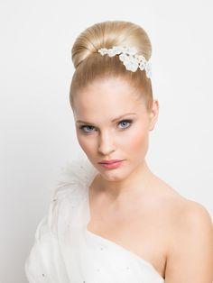 Der übergroße Dutt wird wohl als Hochzeitsfrisur niemals aus der Mode kommen. Und das hat seinen Grund: Der Dutt ist klassisch, edel und lässt Gesicht und Kleid super zur Geltung kommen.