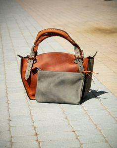 Vous voulez améliorer votre style et votre personnalité dans votre look au quotidien ?  Vous aimez les sacs à main chics, élégants, spacieux et confortables ?  Vous voulez être plus organisé ou avez-vous besoin de laisser votre sac à main et de prendre son contenu plus précieux avec vous ?  Nous avons conçu ce magnifique sac cabas avec une pochette dans notre studio pour les gens comme vous.  Description du produit :  Hauteur : mesurée dans la partie du milieu du sac 31 cm  Largeur : mesurée…