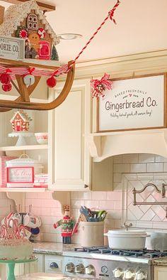 Gingerbread Christmas Decor, Retro Christmas Decorations, Christmas Porch, Country Christmas, Christmas Themes, Vintage Christmas, Xmas, Gingerbread Men, Christmas Centerpieces