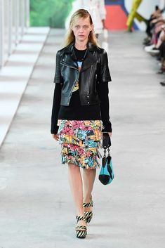 Michael Kors Collection Spring 2019 Ready-to-Wear Fashion Show Collection: See the complete Michael Kors Collection Spring 2019 Ready-to-Wear collection. Look 17 Floral Fashion, Trendy Fashion, Ladies Fashion, Fashion Brands, Runway Fashion, Spring Fashion, Women's Fashion, Moda Floral, Pencil Skirt Casual