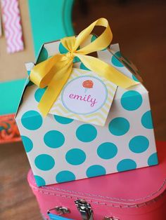 Gable+boxes+like+this+polka-dot+one+are+perfect+for+boxed+lunches,+large+take-home+favors+or+for+gift+giving.+Topped+with+a+customized+tag,+this+is+certainly+a+box+the+guests+can't+wait+to+open.+Boxes+from+Polka+Dot+Market