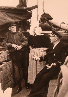 Havenmeester aan boord van een botter, Huizen