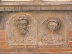 """Albi, hôtel Reynès, bustes remployés dans la cour, après 1530. Les bustes de François I° et d'un personnage féminin, (Eléonor d'Autriche ?), placés dans des niches à Albi. Ces ornements étaient entièrement peints. Le fond des niches était recouvert de fleurs de lys et les personnages étaient identifiés par des inscriptions placées sous les effigies. On peut lire sous le buste masculin """"francoies roy"""".  Albi est à 10 mn de Brin de Cocagne - Chambre d'hôtes écologique de charme - Brin de…"""