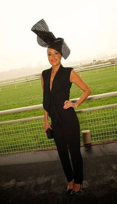 Slimline dresses look best with an oversized hat. A-line or voluminous dresses look better with headpieces that are smaller and sculptural. The colour between Race Day Outfits, Derby Outfits, Races Outfit, Summer Outfits, Race Day Fashion, Races Fashion, British Hats, Spring Racing Carnival, Race Wear