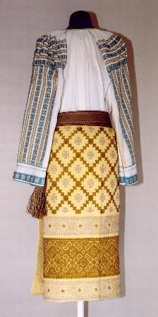Women's costume from county of Argeş