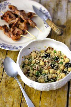 Salada de Couscous com Grão de Bico, tomate seco e azeitonas com Espetos de Lombinho de Porco
