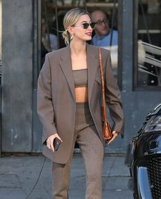 Hailey Bieber wore a cashmere bralette and leggings set by Mandkhai after Katie Holmes wore a cashmere bra and cardigan by Khaite. Looks Street Style, Looks Style, Celebrity Outfits, Celebrity Style, Look Fashion, Fashion Outfits, Hailey Baldwin Style, Style Urban, Look Blazer