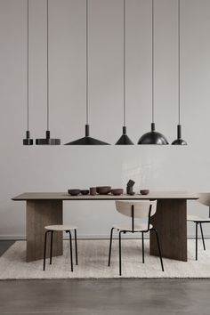 ferm LIVING's furniture collection is created in the Danish design tradition and consists of tables, sofas, and chairs created for daily life. Interior Design Minimalist, Home Interior Design, Modern Interior, Black Pendant Light, Scandinavian Kitchen, Scandinavian Interior, Scandinavian Style, Burke Decor, Dining Room Lighting