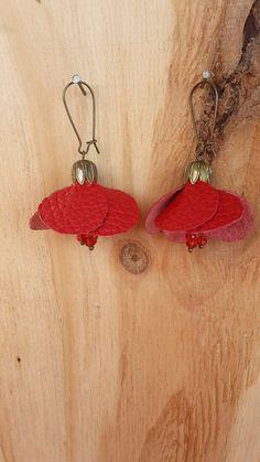 Boucles d'oreille coquelicot cuir rouge : Boucles d'oreille par dododidoo