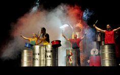 A todos sus instrumentos reciclados reciclados, los convierten en elementos de percusión que parecieran estar en un concierto de todos los ritmos: brasileños, electrónica, techno y andaluz.