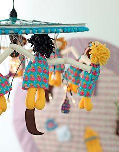 A música A canoa virou inspirou o lustre feito com roda de bicicleta, bonecas de pano e luzinhas
