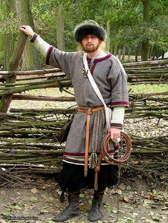 """ Viking tunics, note different sleeve-lengths Photo by www.sew-mill.com """