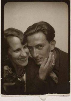 Salvador Dalì e la moglie Gala in una cabina per fototessere