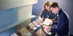 Un matrimonio compara su Biblia con traducciones antiguas de la Biblia