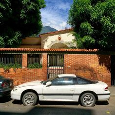 Not quite stealthy #dodge #mopar #stealth #mitsubishi #3000gt #gto #rebadged #rebadgedmitsubushi #stealth #paradosnotempo #dirtmerchantautos #leftbehind #morninautos #soloparking #chivera #chacao (at Chacao)