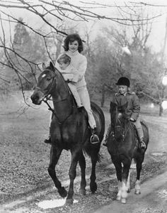 American First Lady Jacqueline Kennedy hold her son John F. First Lady Jacqueline Kennedy - hold her son John F. Kennedy Jr - as they ride horses with daughter Caroline Kennedy at the Kennedy estate, Glen Ora, Jackie Kennedy, Les Kennedy, Jaqueline Kennedy, Kennedy Wife, Grace Kelly, Familia Kennedy, Equestrian Chic, Equestrian Fashion, Equestrian Outfits