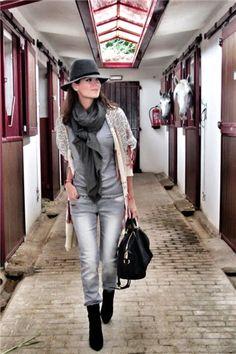 Chaqueta de Antik Batik   Camiseta de Zara   Vaquero de gris de Mango   Sombrero de Juicy Couture   Botas de Guess    Bolso de Louis Vuitton   Pashima de mi fondo de armario   Pintauñas de Essie