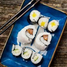 Les Petits Chefs make salmon, cucumber and oshinko (daikon radish) maki with Sang Kim Whole Food Recipes, Snack Recipes, Buffet Recipes, My Sushi, Sushi Time, Sushi Night, Lunch Items, Homemade Sushi, No Cook Meals