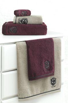 Rozmery uterákov LUXURY sú 32 x 50 cm, 50 x 100 cm a 85 x 150 cm ich okraje zdobí jemný prúžok z tmavohnedej umelej kože.