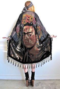 I drank to drown my sorrows, but the damned things learned how to swim - Frida Kahlo duster Frida Kahlo Diego Rivera, Frida And Diego, Mexican Fashion, Mexican Style, Jean Paul Gaultier, Bohemian Style, Boho Chic, Jet Set, Frida Art