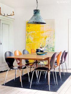 On peut miser sur l'art en couleur avec un grand tableau qui réveillera le mur aux tons neutres