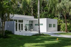 Articles about passive materials cool bright white tropical home. Dwell is a platform for anyone to write about design and architecture. White Exterior Houses, Modern Exterior, Flat Roof Design, Flat Roof House, Commercial Architecture, Tropical Landscaping, Space Architecture, Tropical Houses, Florida Home