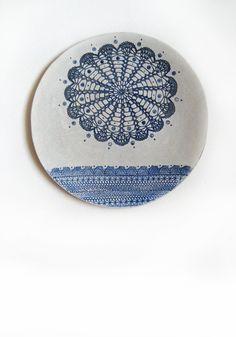 Wand Kunst Keramik Teller mit Spitze Mandala Ornament in Weiß und Blau Porzellan Platte Interior Dekor Geschenk für Haus von KunstLABor auf Etsy more: www.etsy.com/de/shop/KunstLABor