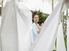 Zweetvlekken uit kleding verwijderen door voor het wassen de vlekken met water en azijn in de smeren. Je kan dit ook via een verstuiver doen.