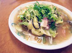 【バリそば(山口)】 山口県、特に山口市とその近郊で食べられている麺料理。太めの揚げた中華麺の上に、大ぶりのキャベツ、タケノコ、シイタケ、キクラゲなどの野菜をたっぷり入れゆるめにとろみを付けた鶏がらベースのスープがかかっている。麺の硬さは、3種類くらいから選べるとの事。長崎の皿うどんのようだが、味は鶏ガラスープの醤油味なので、ちょっと違う感じ。ランチで食べる分には軽くて良い。若干、味の軽さが気になったが安いのでコスパは良いと思う。