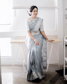 To make it easier for you, we have the top trending beautiful silk saree blouse designs so that you can choose the best for your saree look. Grey Saree, White Saree, Engagement Saree, Moda Indiana, Wedding Saree Collection, Modern Saree, Saree Trends, Silk Saree Blouse Designs, Indian Silk Sarees