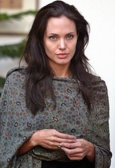 Angelina Jolie in New Delhi 2006.jpg